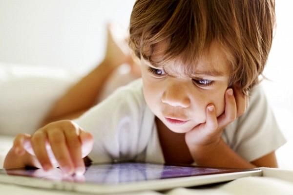 Bambini a rischio insonnia se usano smartphone e tablet
