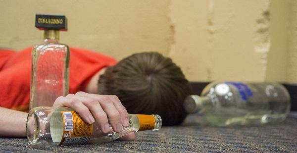 Salute e alcol, diminuiscono i consumi ma si beve troppo nel fine settimana