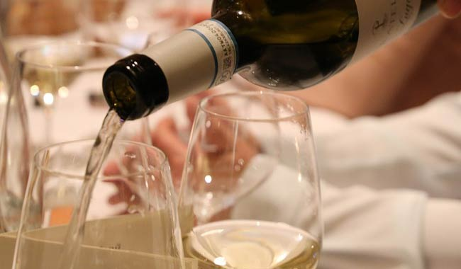 Alcol, in Italia si beve di più e senza controllo