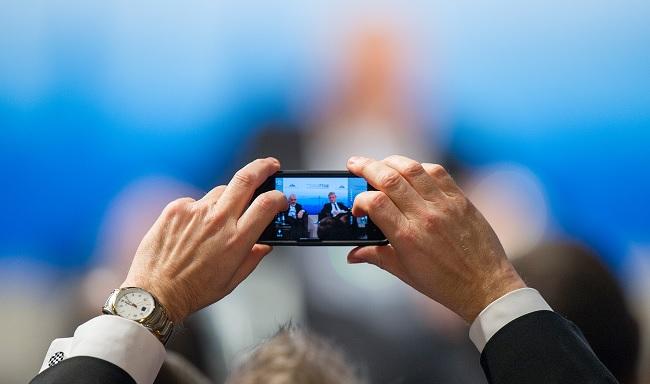 Smartphone la luce blu che emanano fa male agli occhi