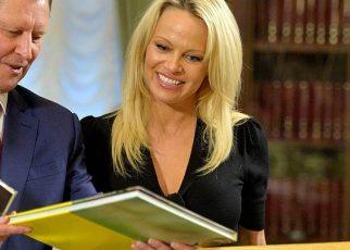 Pamela Anderson si schiera contro Salvini