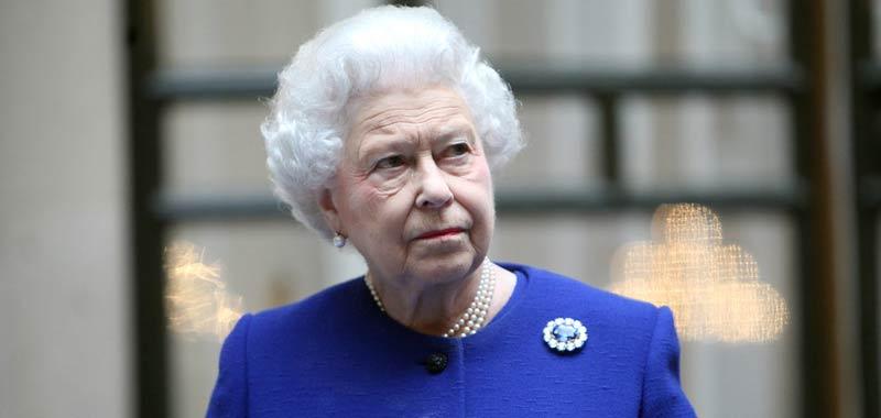 Anche la Regina Elisabetta deve fare i conti con la crisi economica