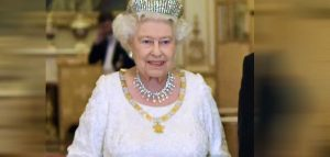 La regina Elisabetta va a cavallo post quarantena