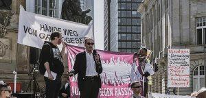 Germania migliaia di negazionisti in piazza a protestare
