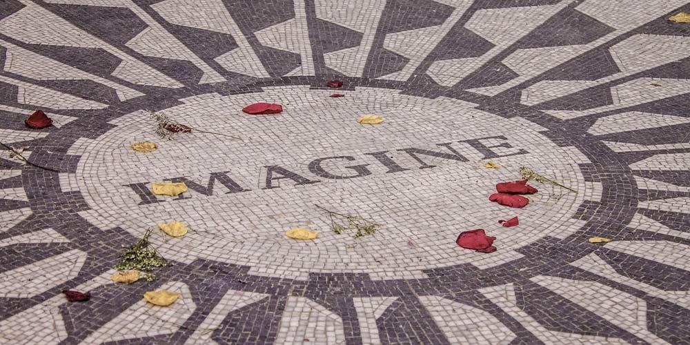 John Lennon ci manca Yoko Ono rende omaggio