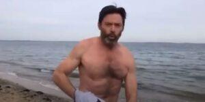 Hugh Jackman sfida il freddo con un tuffo a mare
